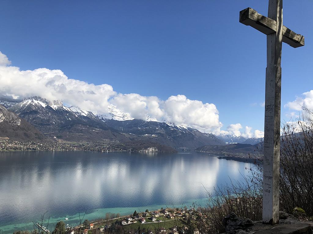 Lac d'Annecy et neige sur la Tournette