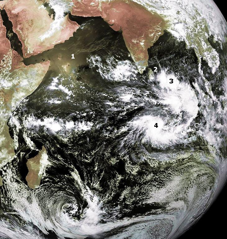Image d'illustration pour Poussières et dépression tropicale sur l'Océan Indien (sat)