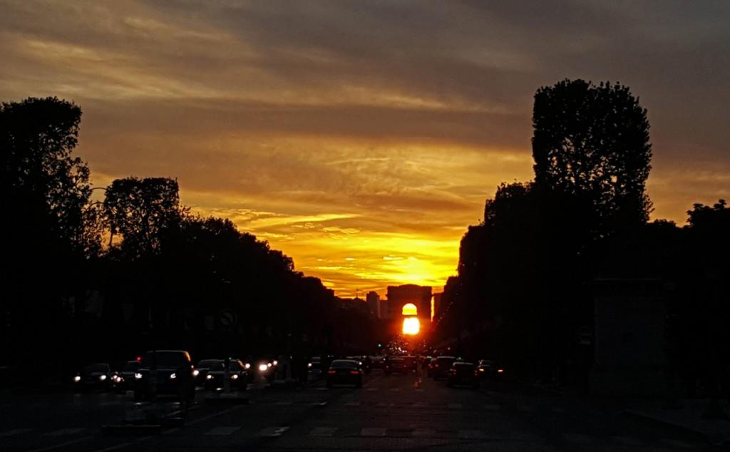 Le soleil se couche sous l 39 arc de triomphe ces jours ci paris 10 mai - Le soleil se couche a l ouest ...