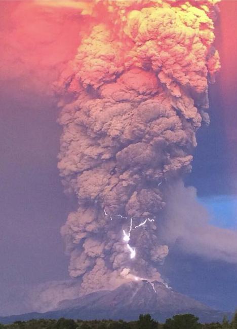 Image d'illustration pour Volcan Calbuco au Chili : pyrocumulonimbus et foudre volcanique